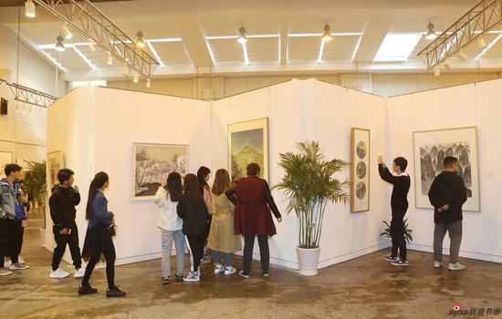 展览吸引了大批学生观看