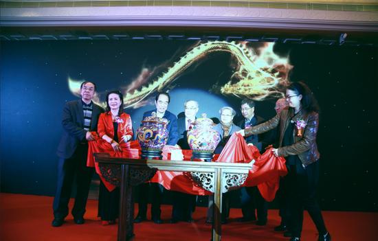 嘉宾为《国器2019》景泰蓝大龙罐揭幕