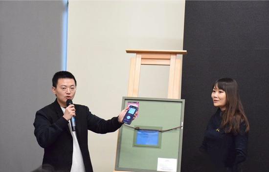 首席执行官崔扬亲自为草间弥生作品《无限的网—海》附着ATCC艺术品智能标签