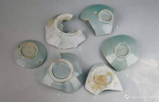 就连用作科技分析样品的汝窑瓷片,也不能保证发色的完全一致: