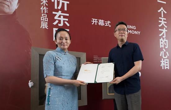 清华大学艺术博物馆常务副馆长杜鹏飞为张宏芳女士颁发捐赠证书