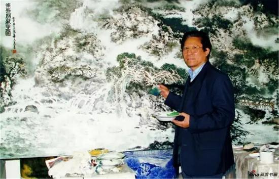 章教授绘制世界巨幅瓷板画