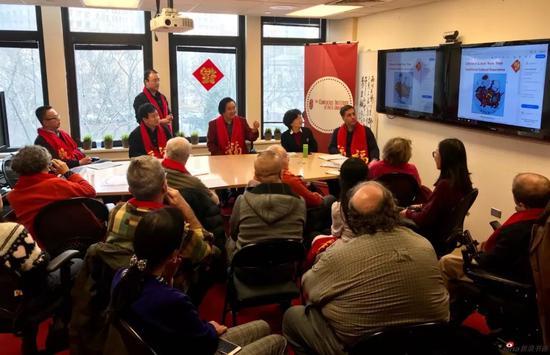 江苏省中国画学会副会长 张广才向孔子学院师生讲解中国画艺术