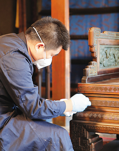 养心殿修缮启动前,故宫工作人员进行文物撤陈