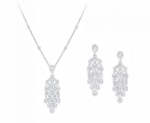 左:Graff 格拉夫 Icon系列圆形和梨形钻石吊坠项链,钻石共重7.27克拉 右:Graff 格拉夫 Icon系列圆形和梨形钻石耳环,钻石共重12.09克拉