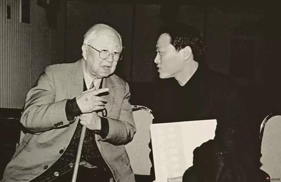 1998年,会议期间拜访并求教于启功先生