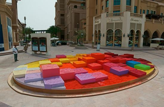 """波兰艺术家打造""""梦想城市"""" 整个作品使用30吨彩砂"""
