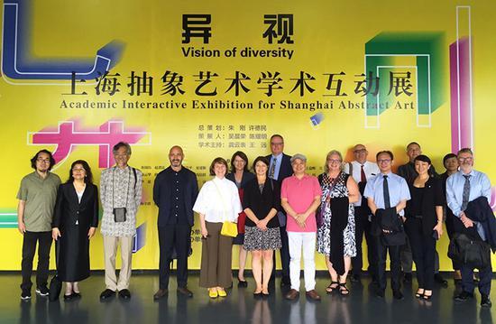 上海视觉艺术学院外国专家会议代表参观画展合影