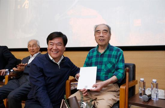 中央美术学院党委书记高洪为戴泽先生颁发捐赠证书