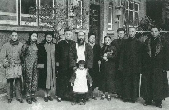 1946年顾青瑶、张大千等在上海合影。左起七人:陈肃亮、叶世琴、周炼霞、李祖韩、张大千、李秋君、顾青瑶