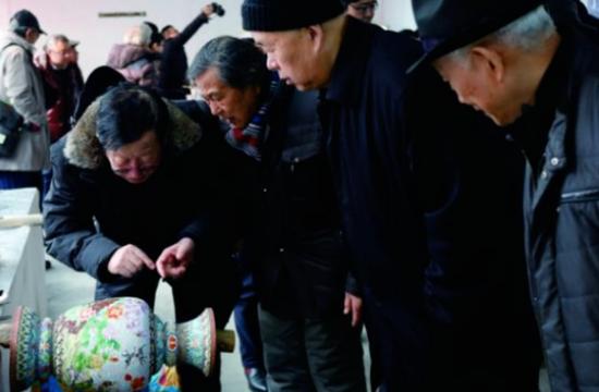 中国工艺美术大师米振雄等人对作品提出指导意见