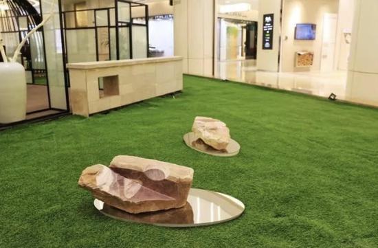 展览作品错落于商业空间内的各种不同位置
