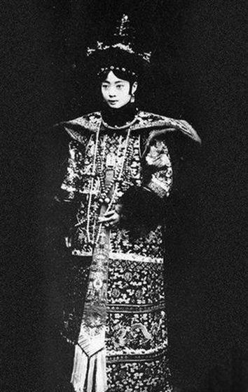 身穿皇后朝服的婉容