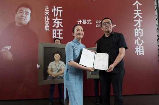 清华大学艺术博物馆副馆长苏丹为张宏芳女士颁发捐赠证书
