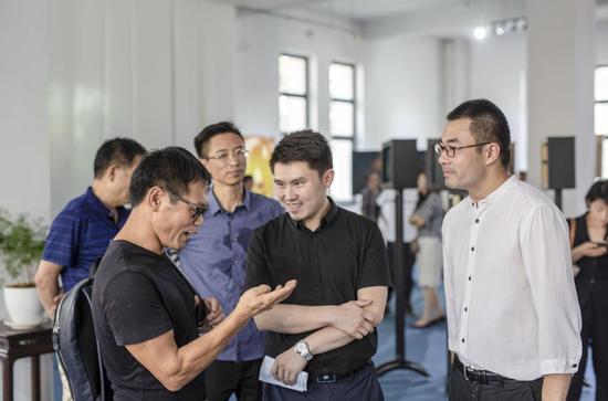 摄影家程玉杨为川谷汇集团董事长刘泽龙现场讲解20年前在汶川采访的情景