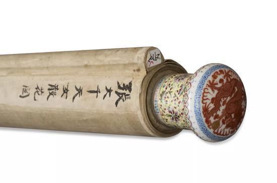 粉彩锦地矾红描金戏珠龙纹瓷轴