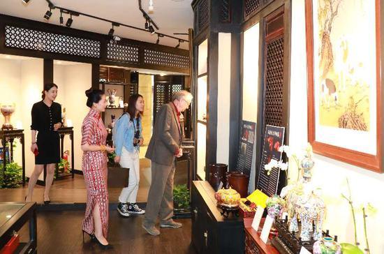 波兰前副总理格泽高兹教授莅临北京饭店馆藏 考察中华传统文化