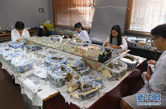 在江西景德镇,工作人员修复明代瓷枕(9月20日摄)。 新华社记者 万象 摄
