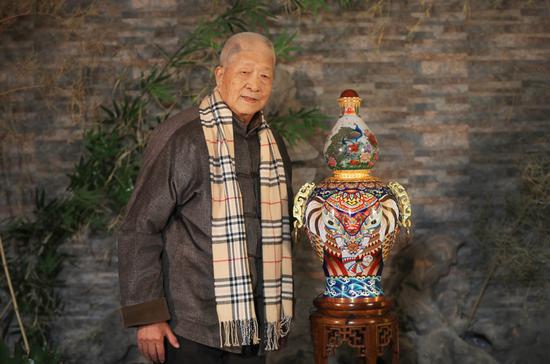 王习三大师与《天下吉祥》内画景泰蓝宝尊