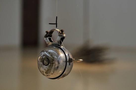 第三展厅,《〇》装置作品(自行车轮、鱼竿、自行车鈴、鱼线)2019(局部)