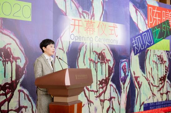 艺术家陈曦在开幕式上致辞,苏州金鸡湖美术馆