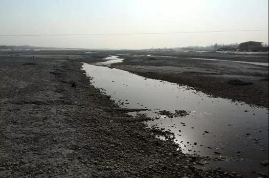 河滩挖玉的