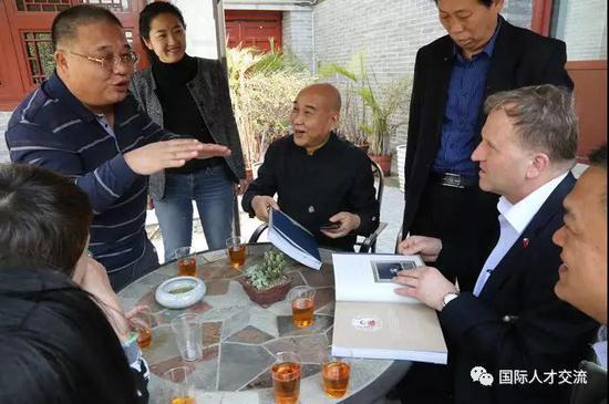 """张欣庆会长向伊日·瓦夫拉先生介绍""""燕京八绝""""文化的前世今生"""