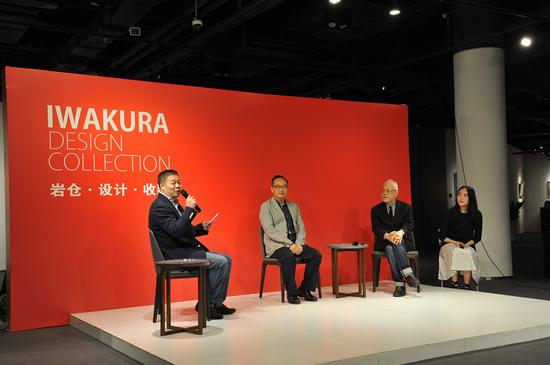中国紫檀研究会会长周默先生(左二)与岩仓荣利先生(左三)对话