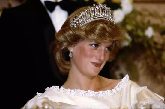 戴安娜王妃佩戴珍珠皇冠