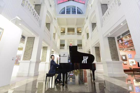著名钢琴家郎朗在现场弹奏