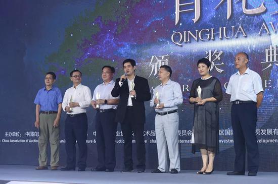 华艺国际执行董事杨彦莉女士(右二)出席青花奖颁奖典礼