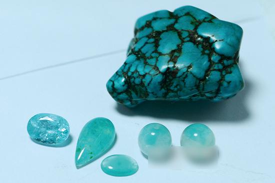 由左至右为帕拉依巴碧玺、台湾蓝宝及天河石,上为绿松石,拥有因铜致色的相似色调,在当今的市场上都很流行。