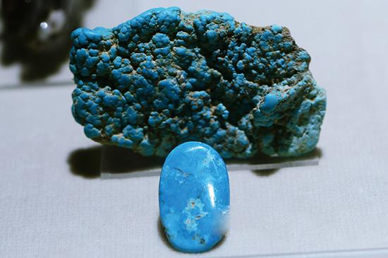 产于美国的绿松石原矿及切磨好的成品。(洛杉矶历史博物馆藏)