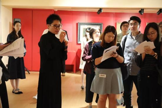 本次展览策展人红梅为记者讲述每幅画背后的故事