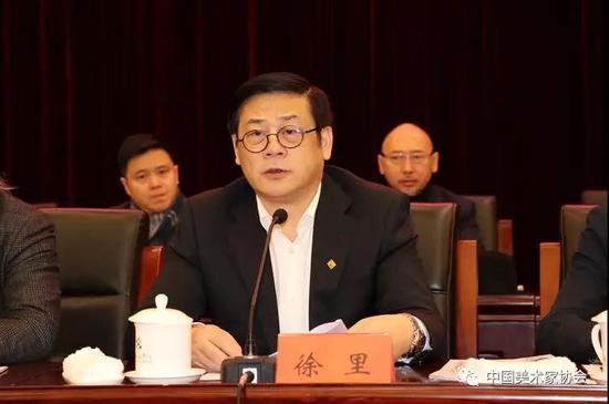 中国美协分党组书记、驻会副主席徐里主持闭幕式