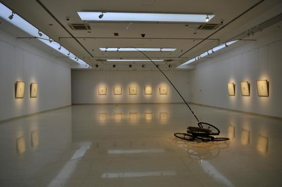 第三展厅,《〇》装置作品(自行车轮、鱼竿、自行车鈴、鱼线)2019