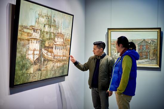 艺术家姚冬青师长教员(左一)与本次艺术展主办方、策展人、轶玫艺术空间开创人、艺术家陈屹师长教员(右一)在艺术展示场