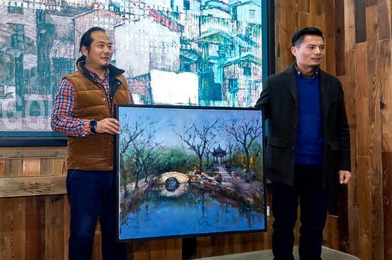 艺术家姚冬青师长教员向本次艺术展主办方之一的秦古美术馆捐赠艺术作品