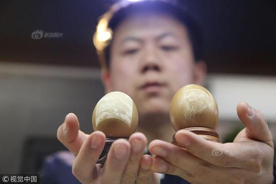 小伙蛋壳上刻画一颗鸡蛋卖万元