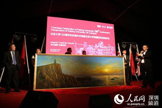 中国著名画家邢东巨幅油画捐赠北大英国校区