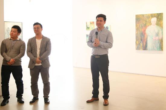 年代美术馆执行馆长康文峰(右)主持开幕仪式