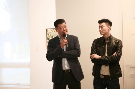年代美术馆馆长罗静方(左)致辞