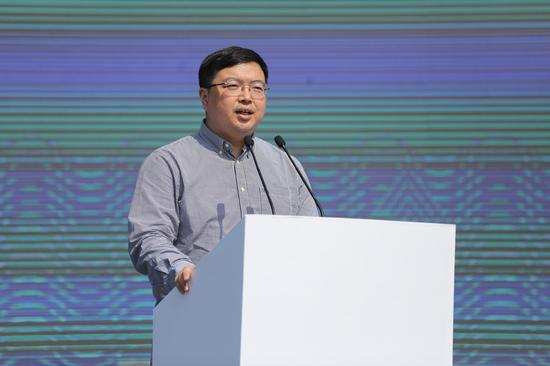 中国城市雕塑家协会副秘书长尚荣宣读吴为山贺词