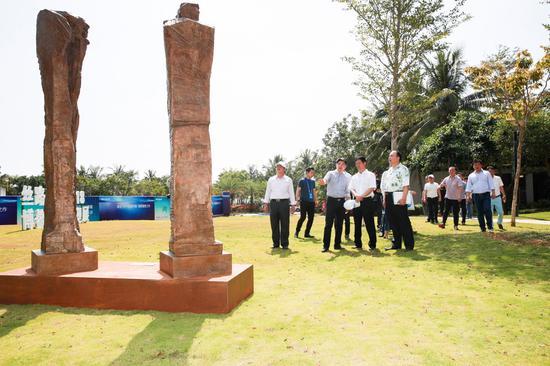 中国城市雕塑家协会驻会副秘书长 秦春晖为领导嘉宾现场导览