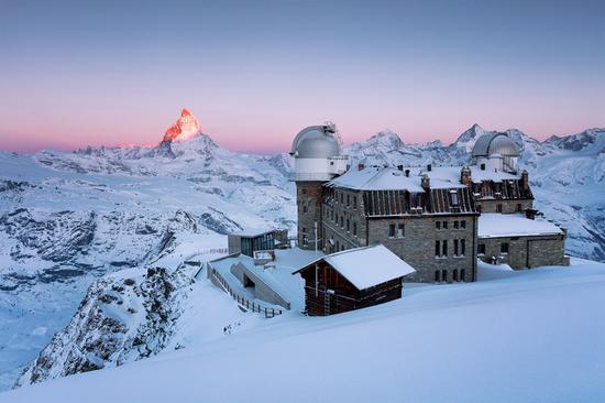 斯洛伐克摄影师Erika Valkovicova:瑞士阿尔卑斯山,太阳洒在马特洪峰上,天空被染成了粉红色