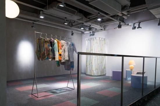黎卓华,《穿过夜幕的衬衣》,2018。图片:六厂纺织文化艺术馆(CHAT六厂)
