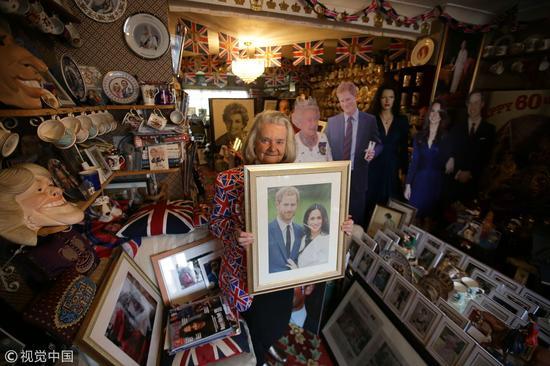 当地时间2018年4月4日,英国伦敦,皇室粉丝Margaret Tyler在家中展示藏品(来源:视觉中国)