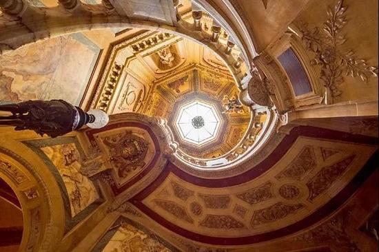 LaPa?va酒店里最知名的标志物是一层层由阿尔及利亚黄色大理石建造而成的中央楼梯。