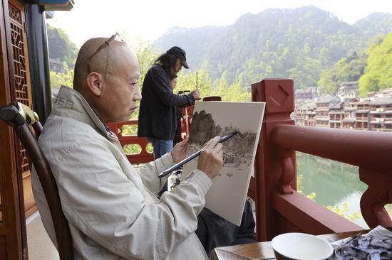 艺术家在凤凰古城写生 摄影:武广宇