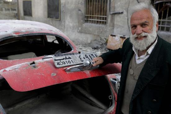 叙利亚多年的战争使得一位老人的20多辆老爷车全部变成了废铁